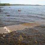 Turvallinen reitti veteen kivirannalla